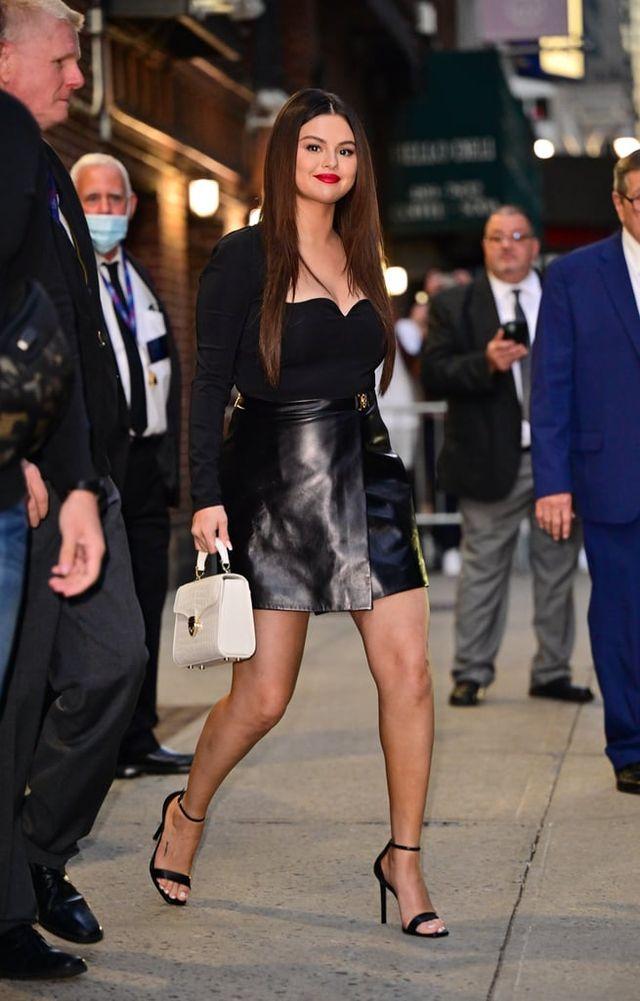 selena gomez con una minifalda de cuero y top body escote corazón de versace en la presentación de su serie en 'the late show with stephen colbert'
