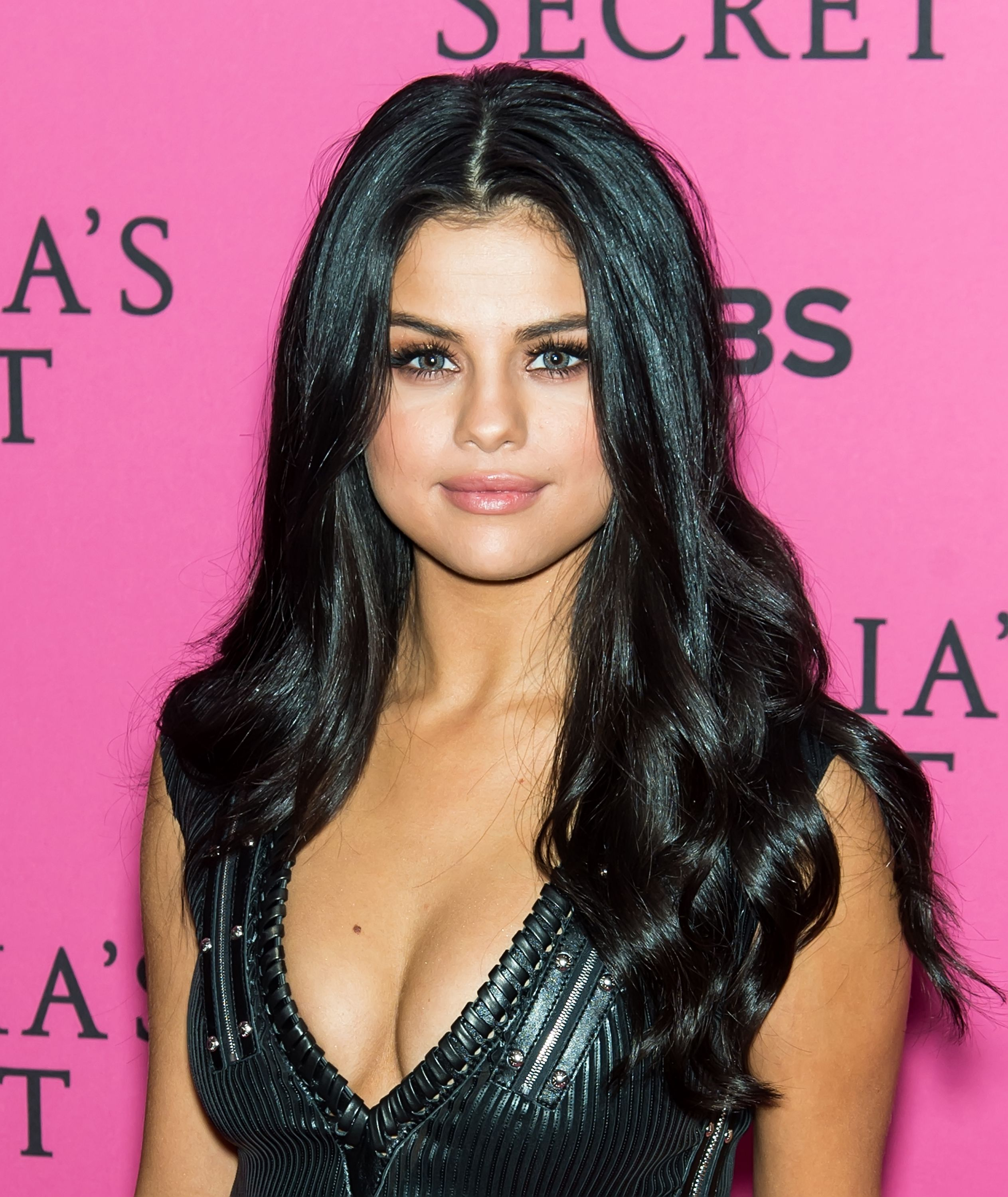 30+ Best Selena Gomez Hairstyles, From Short Hair and Shaved ...
