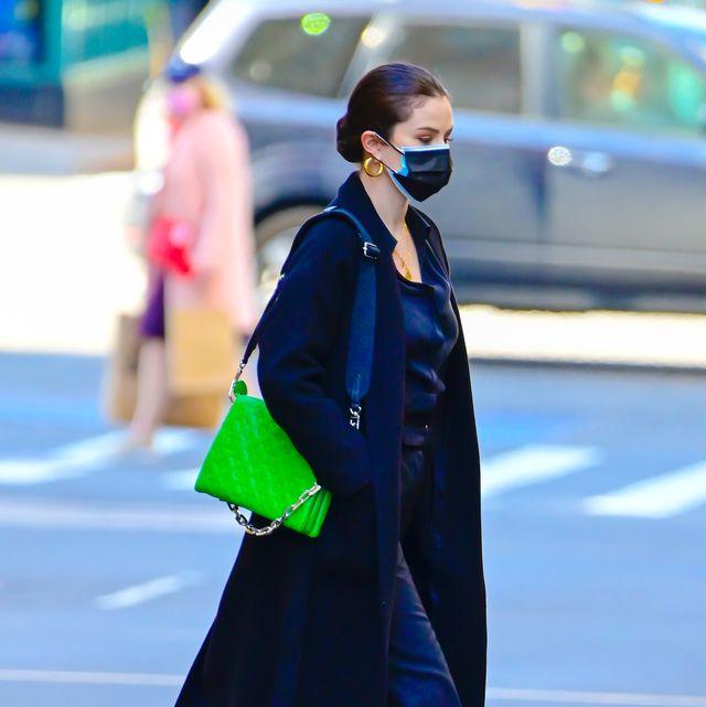 selena gomez gespot met een neon groen schoudertas in new york