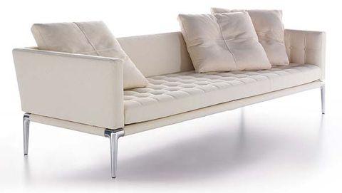 sofá de líneas elegantes en color crudo
