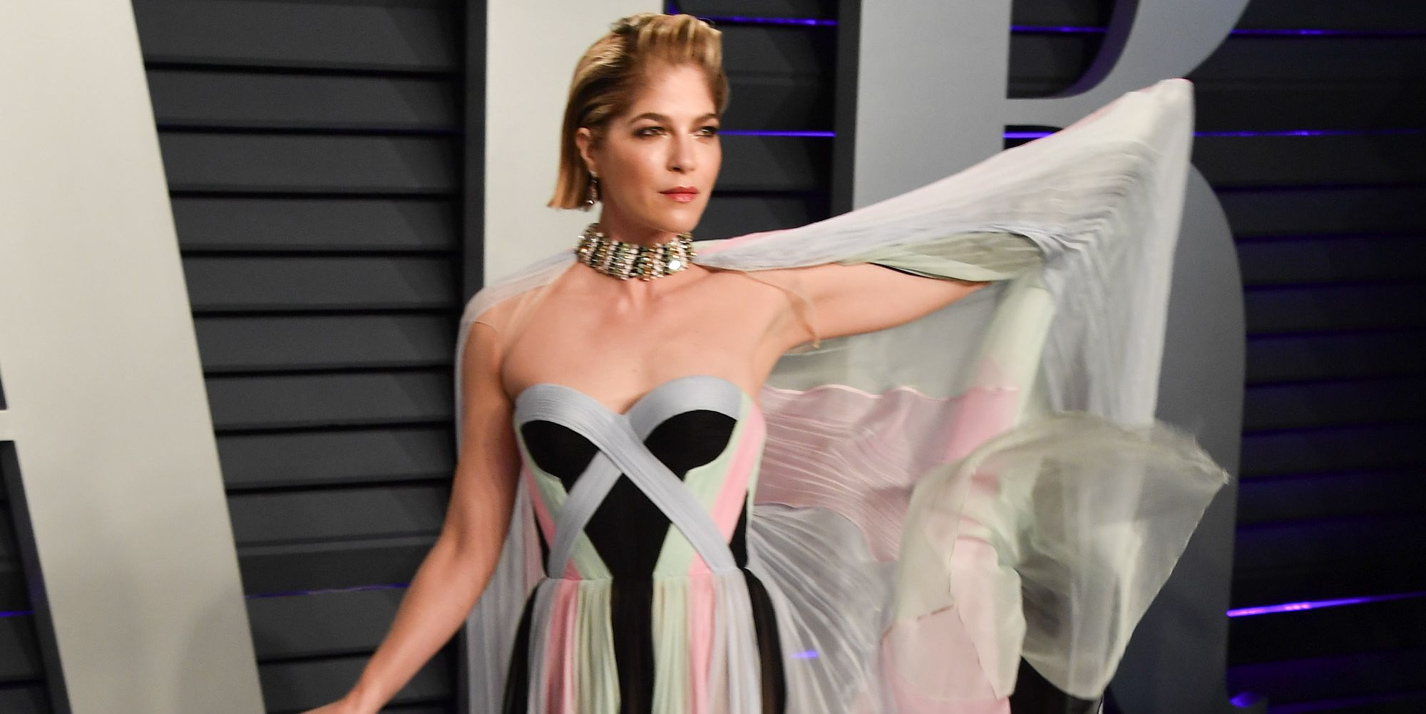 Selma Blair uses cane at 2019 Vanity Fair Oscar Party Hosted By Radhika Jones - Arrivals