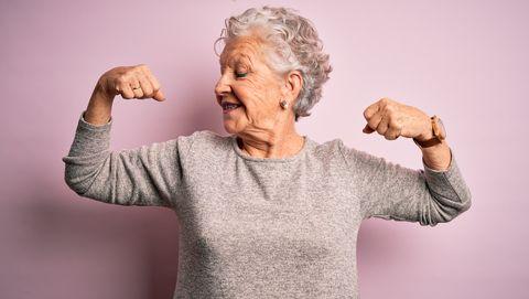 bejaarde vrouw maakt spierballen