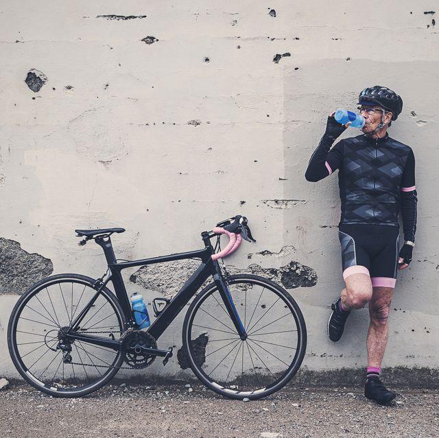 man fietsen pauze bidon