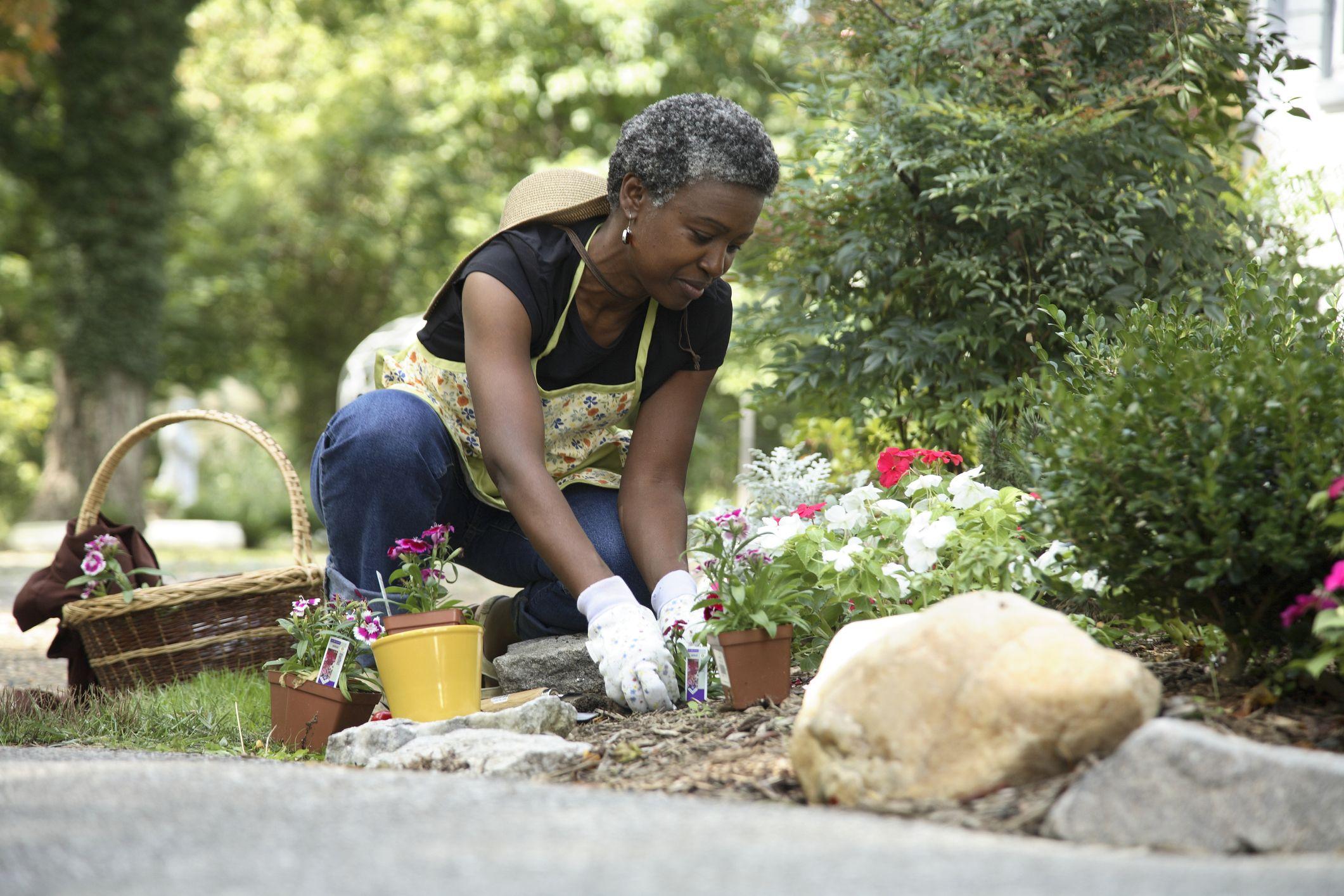 eldre kvinne hagearbeid