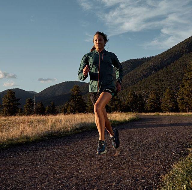 una mujer corre en medio del campo