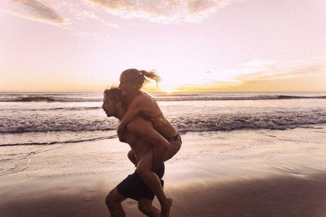 una coppia, lei sulle spalle di lui si sente sicura