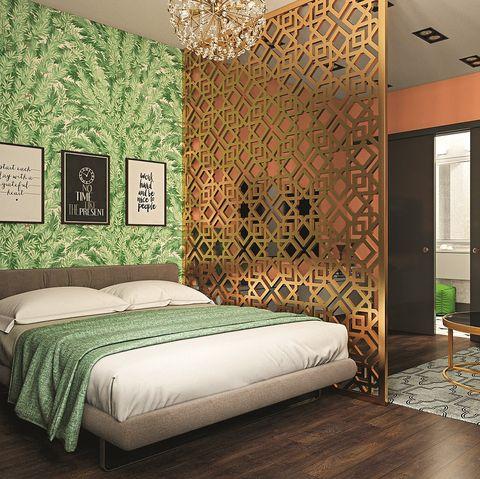 Separador de ambiente dorado en el dormitorio