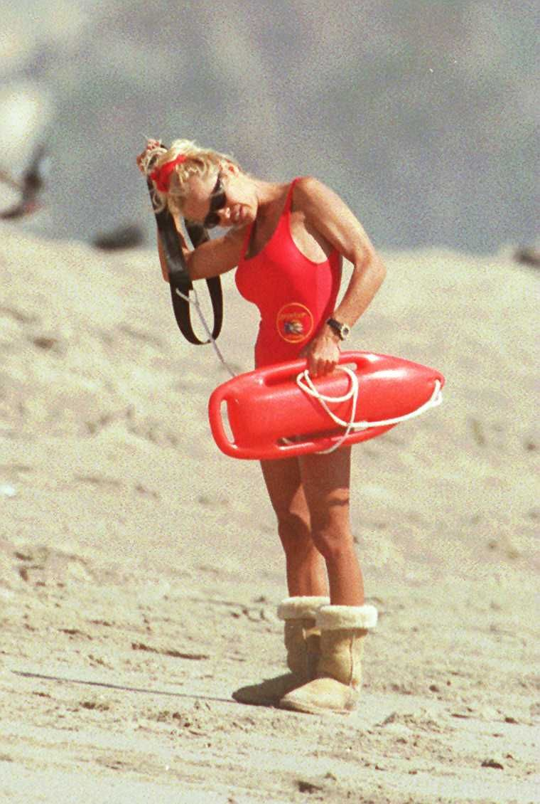 SEPT 12TH 95 HOLLYWOOD CALIF PAMELA ANDERSON SHOOTING BAYWATCH. SHE WEARS HER WINTER BOOTS ON THE HO