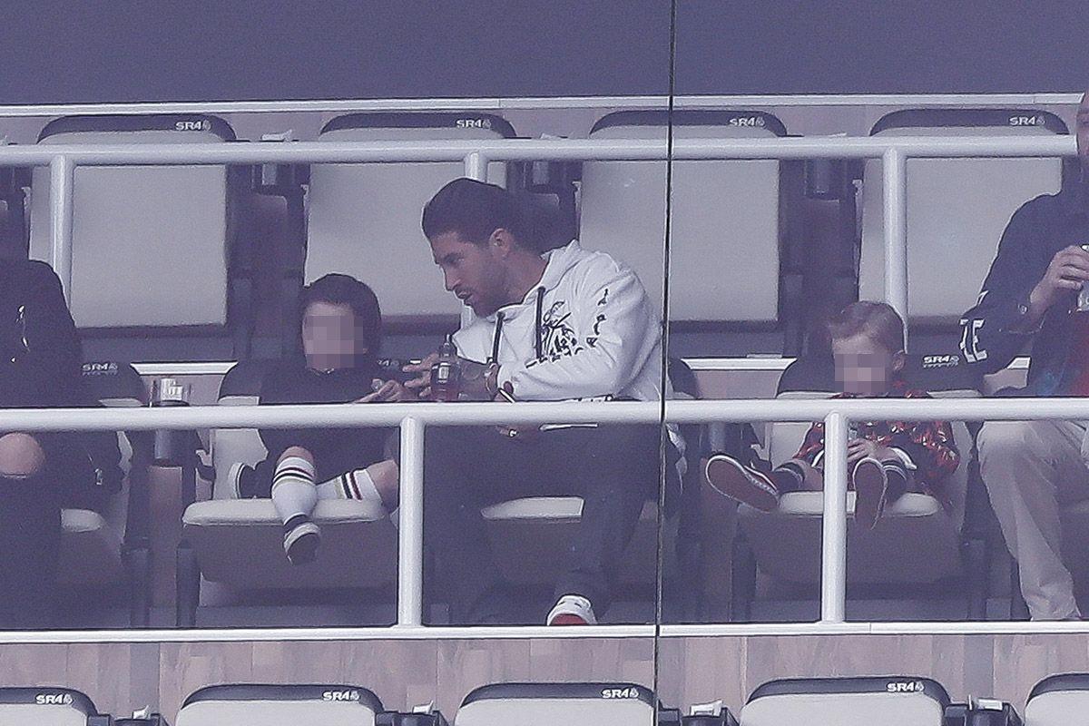 Sergio Ramos se lleva a sus hijos al fútbol - Sergio Ramos ejerce de padrazo en el Santiago Bernabéu