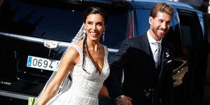 Sergio Ramoscon un chaqué de color negro con una corbata gris brillante del brazo de su madre, que ha escogido para la boda de su hijo un espectacular vestido en color pistacho con el que estaba guapísima.