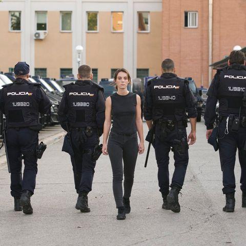 vicky luengo, protagonista de la serie antidisturbios, camina por delante del resto de actores de la serie de movistar