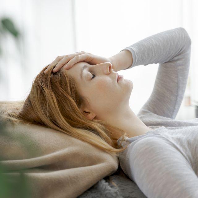 mujer tumbada en el sofá