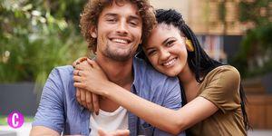 Una coppia che si abbraccia e sorride esprime una vita sessuale sana