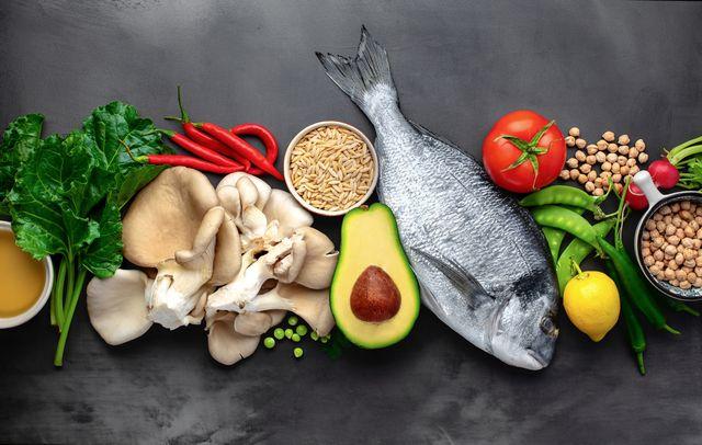 pesce, verdure e legumi su un tavolo