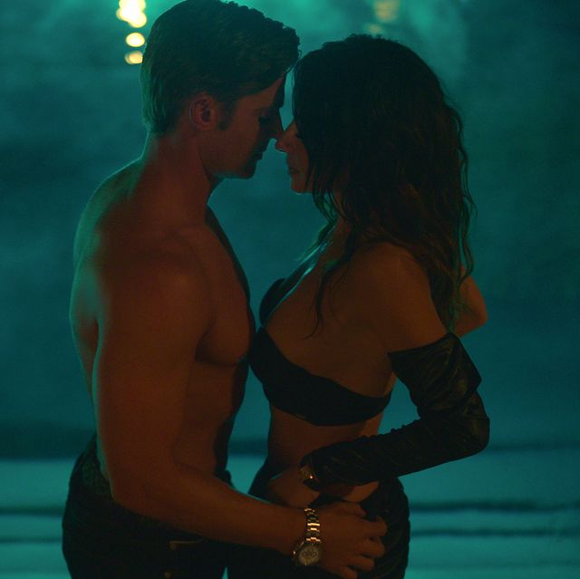 sexlife l to r mike vogel as cooper connelly and sarah shahi as billie connelly in episode 102 of sexlife cr courtesy of netflix © 2021