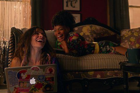 sexlife l to r Sarah Chess در نقش بیلی کانلی و مارگارت اودت در نقش ساشا اسنو در قسمت 104 سریال جنسیت با مجوز از نتفلیکس © 2021