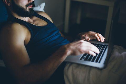 homme sexy travaillant sur ordinateur portable