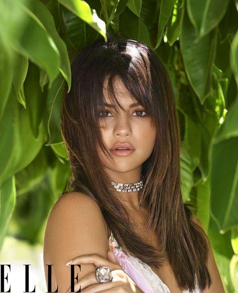 Saat menjadi cover untuk Elle, penyanyi cantik ini bercerita soal saat ia menghubungi Demi Lovato (dok. Elle)