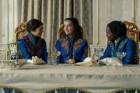 جاسمین بلک ابرو در نقش ماری ، جسی می لی در نقش آلینا استارکوف و گابریل بروکس در نقش نادیا در سایه و استخوان