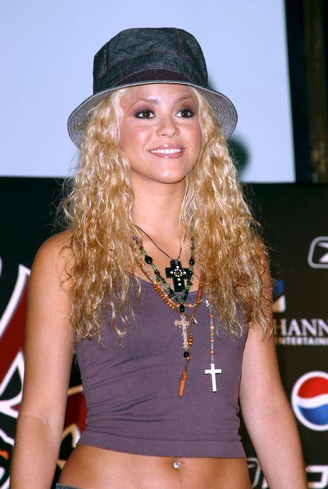la cantante, con gorro, en un acto publicitario de 2002 en nueva york