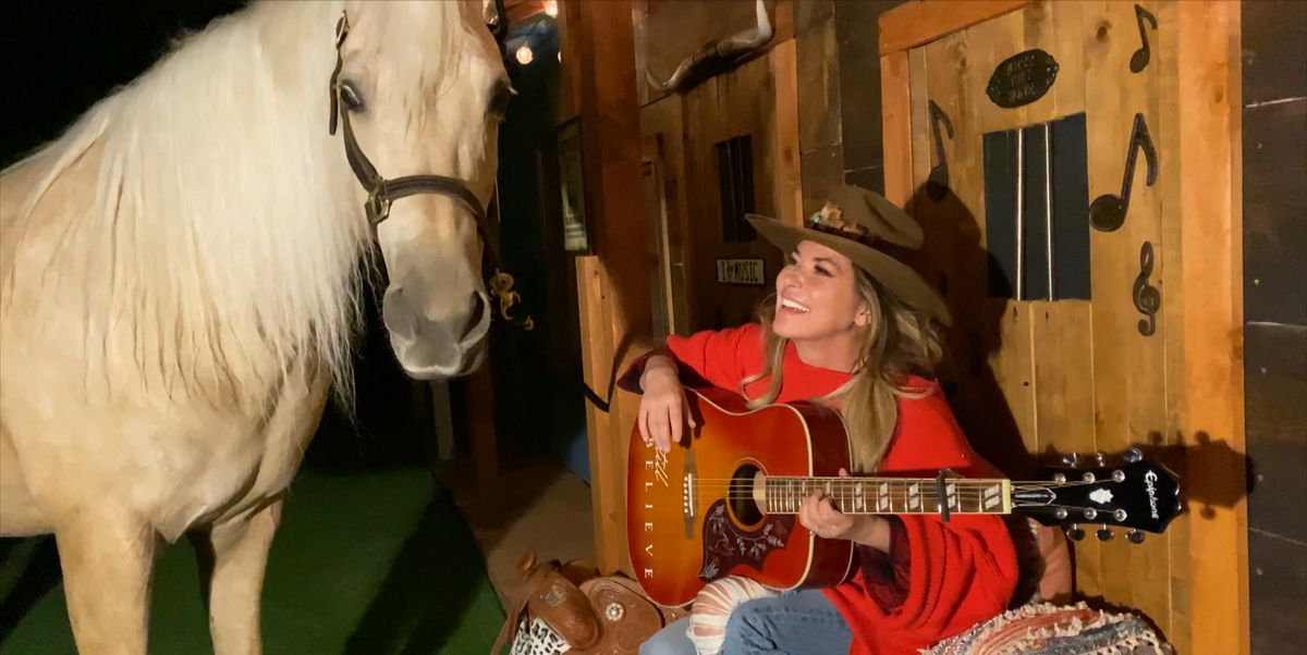 Watch Shania Twain's Horse Steal the Show During Her ACM Performance