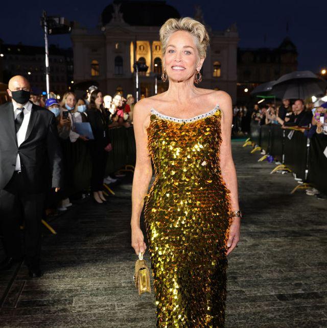 sharon stone recibe a los 63 años con un vestido de lentejuelas doradas de dolce  gabbana alta moda el premio golden icon award del festival de cine de zúrich