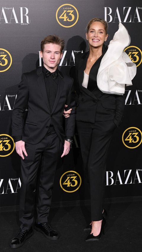 Sharon Stone presume de hijo en los premios Bazaar Actitud 43