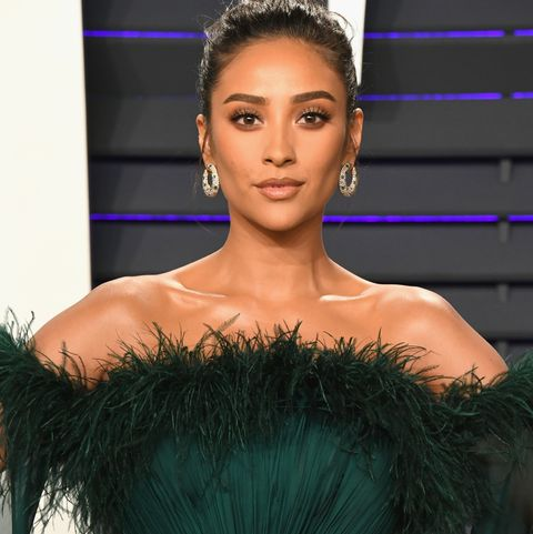Shay Mitchell at the2019 Vanity Fair Oscar Party Hosted By Radhika Jones - Arrivals