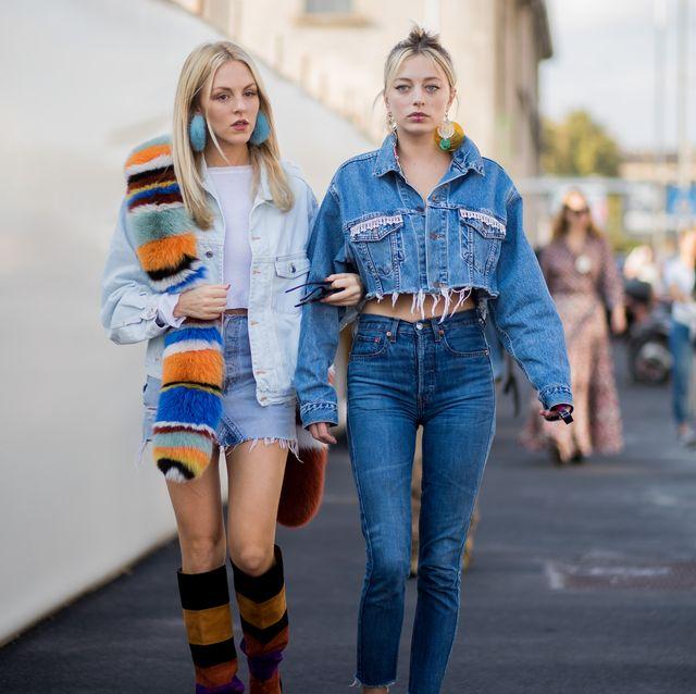 vrouwen op straat in spijkerjasjes