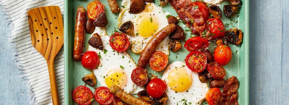 Запекание на завтрак с колбасой и яйцом