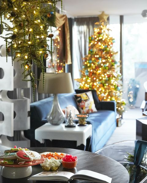 Simple Office Christmas Decorating Ideas from hips.hearstapps.com