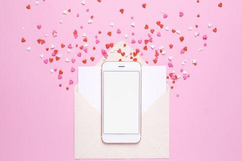 teléfono móvil con corazones rosas