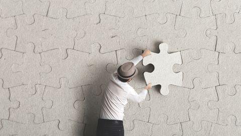 Man met puzzelstukje