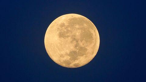 De maan draait in een maand om de aarde