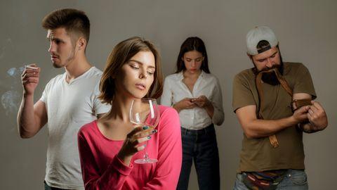 Verschillende mensen, verslaafd aan verschillende dingen: roken, drank, drugs, en social media
