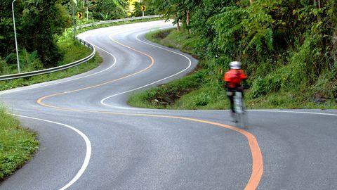 Is een zware fietser eerder beneden bij een afdaling?