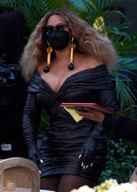 https www elle com culture celebrities a35833835 beyonce jay z black outfits grammys 2021