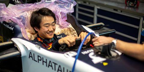 el piloto yuki tsunoda se hace el asiento a medida para un fórmula 1