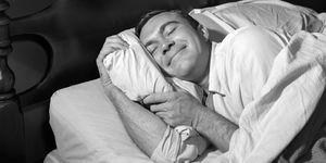 un hombre se echa una siesta, hombre durmiendo, imagen de los 50 de un hombre echándose una siesta