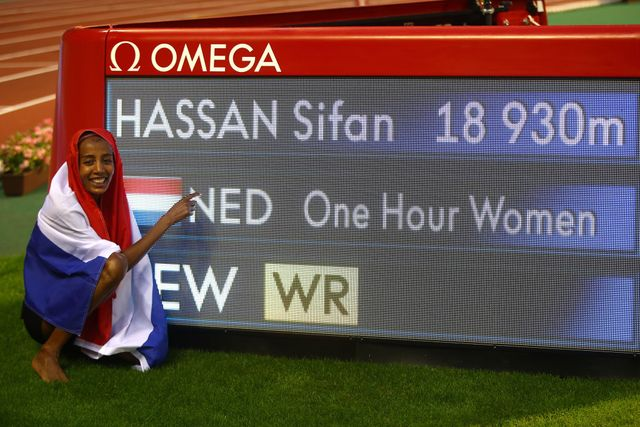sifan hassan posa con el registro del récord mundial de la hora logrado en bruselas