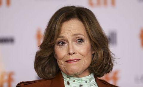 la actriz pone una cara rara en el festival de cine de toronto