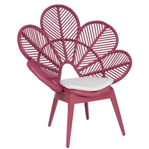 silla fucsia de ratán natural, con el respaldo de pétalos