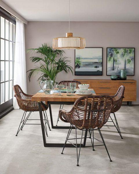 comedor de madera con sillas de fibra