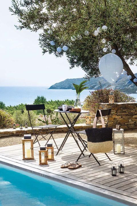 Mini comedor plegable de exterior junto a la piscina