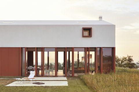 La 'casa del cruce fronterizo', una residencia privada construida por los arquitectos Simone Subissati en las colinas de Polverigi, Italia