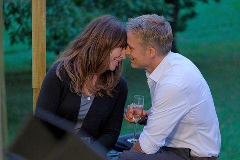 Simone Thomalla y Marco Girnth se acercan para besarse,en la película'Asuntos familiares' de la serie Frühling.