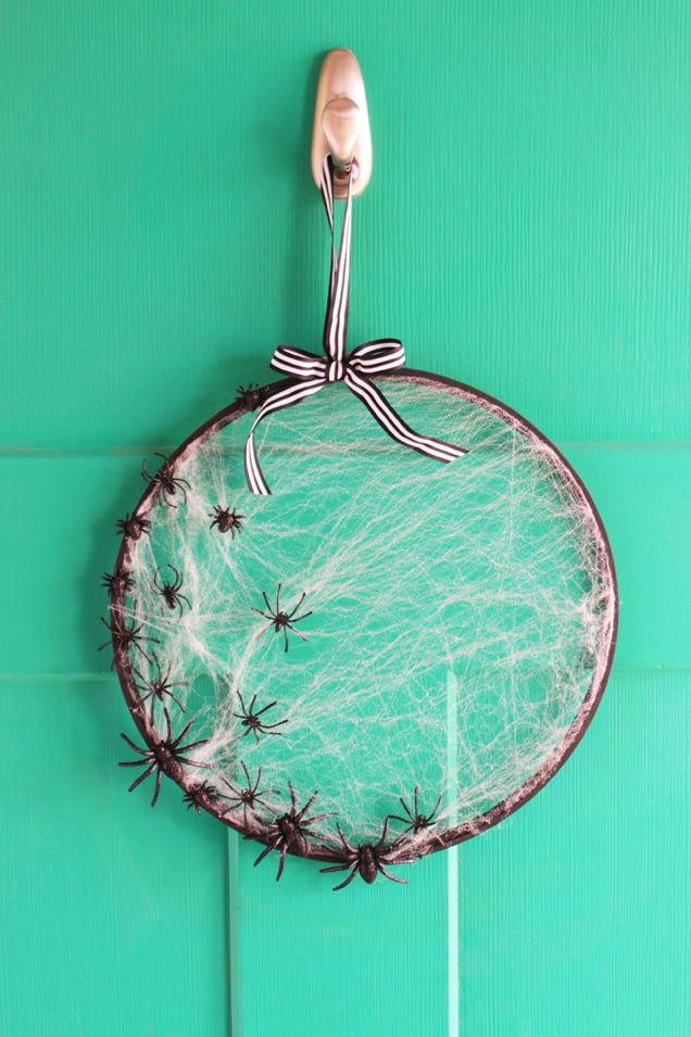 simple halloween wreath embroidery hoop