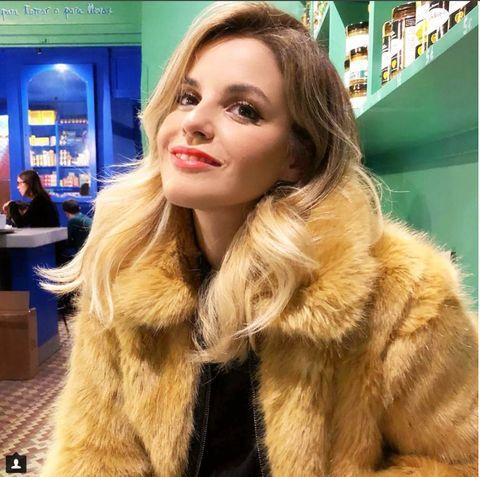 Hair, Fur, Fur clothing, Long hair, Hairstyle, Blond, Skin, Hair coloring, Lip, Brown hair,
