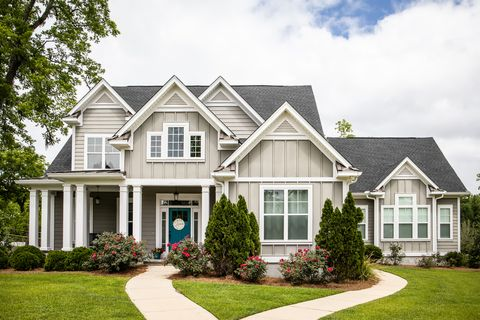 Single Family New Construction Home in Suburb Neighborhood in the South