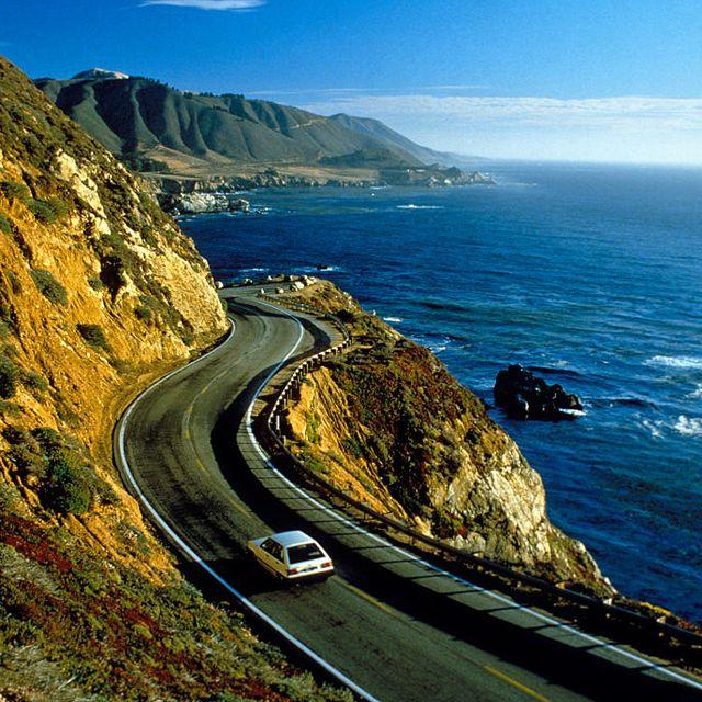 海岸線を走る1990年代の車